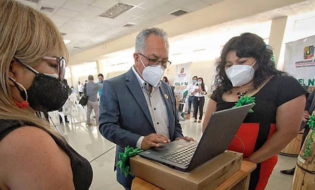Maestros reciben entregan laptops para clases virtuales
