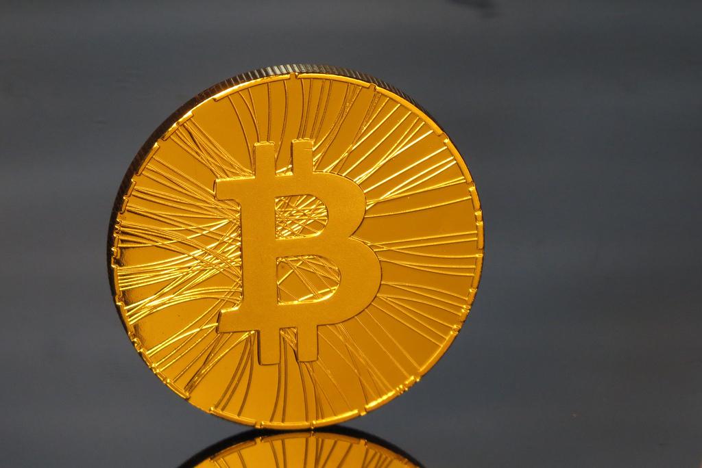 Nên đầu tư vàng hay Bitcoin trong năm 2017