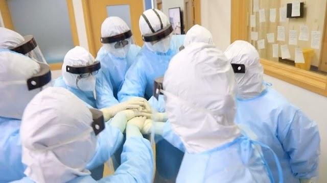 TRUNG QUỐC | Bác sĩ và bệnh nhân nCoV động viên nhau qua cửa kính