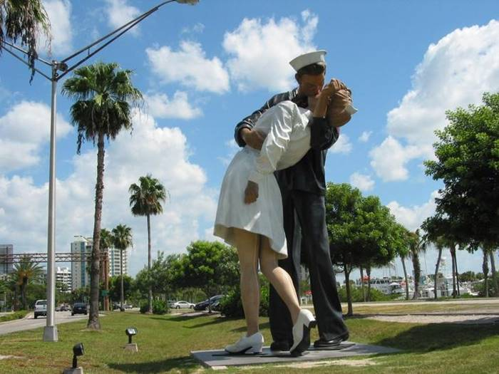 A kissing couple of sailor and nurse has become an American symbol of the end of World War II. An 8 meter high sculpture is set in Florida.