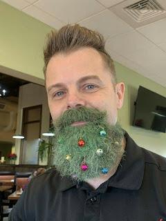 Barba hombre con forma árbol Navidad