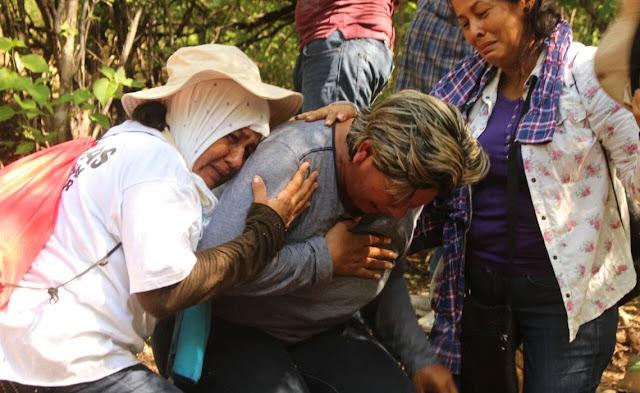 Mujer desentierra el cuerpo de su hijo tras buscarlo por 3 años en Sinaloa (VIDEO)