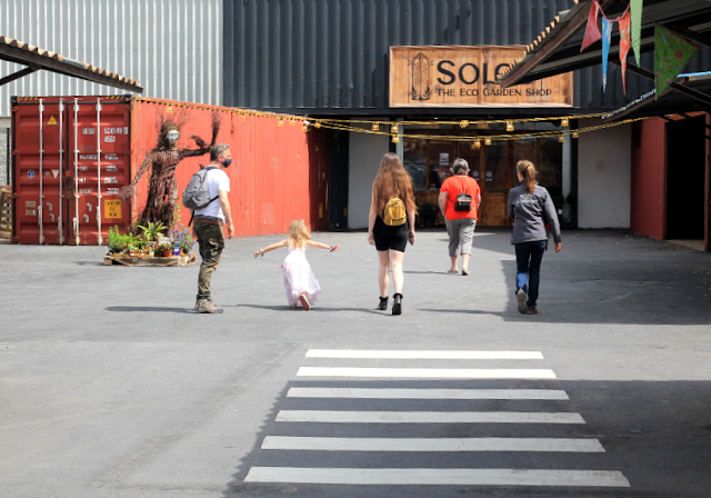 People walking to the entrance to Solas Eco Garden Shop