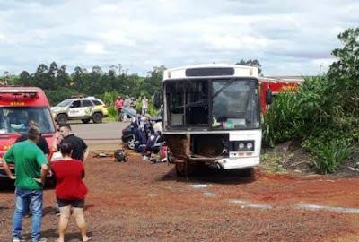 Acidente entre ônibus da prefeitura e carro em Lidianópolis