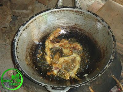 FOTO : Menggoreng ikan dengan tungku hawu