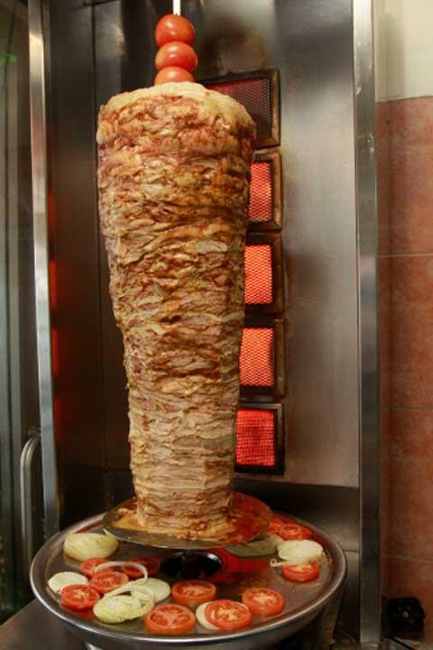 شاورما اللحم على السيخ