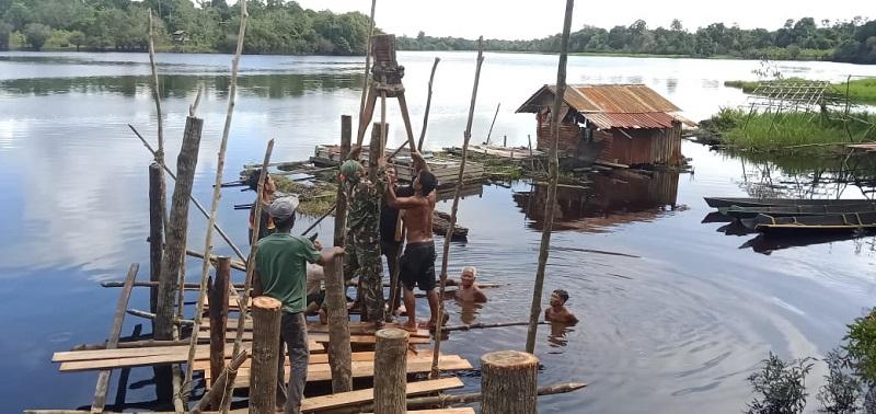 TNI dan Warga Bangun Poskamling dan tempat Singgah di Tepian Danau Bungkang