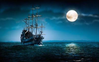 Paisagem-do-mar-e-um-barco-com-uma-linda-lua-cheia.