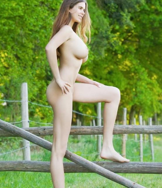 Голые в огороде эротика: www.EROTICAXXX.ru Большие сиськи на даче (18+)
