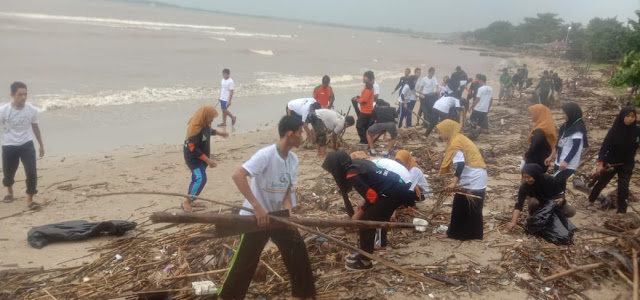 Peserta Lakmud IPNU-IPPNU Tahunan Bersih Pantai Sebagai Wujud Peduli Lingkungan
