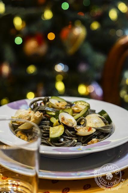 Tagliolini al nero di seppia con vongole e zucchine