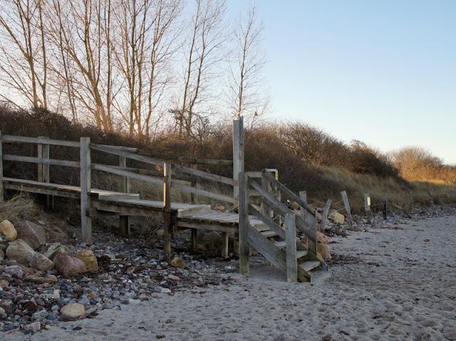 Küsten-Spaziergänge rund um Kiel, Teil 5: Jellenbek - Strand - Krusendorf - Jellenbek. Der Weg geht links bei der Dusche über die Holztreppe am Campingplatz Grönwohld entlang.