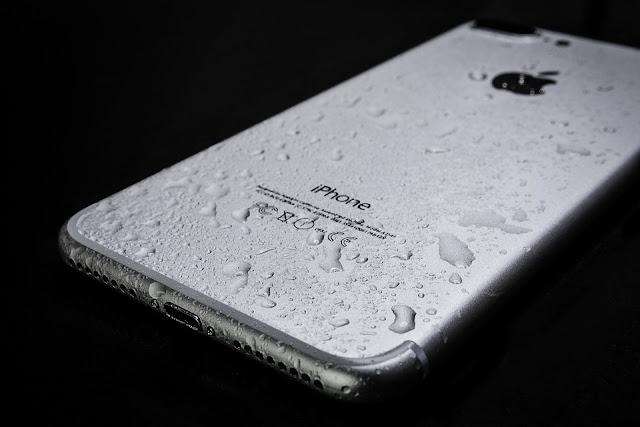 si tu celular se apaga por calentamiento lo más seguro es que esté mojado si no tienes conocimientos técnicos lo mejor es llevarlo al especialista para su revisión