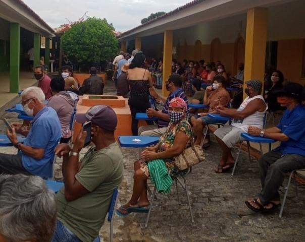 Imagem da aglomeração de idosos dentro do local de vacinação.