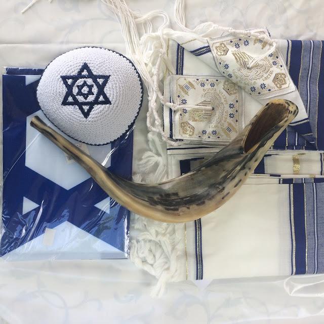 Kipa, shofar, talit, bandeira de Israel