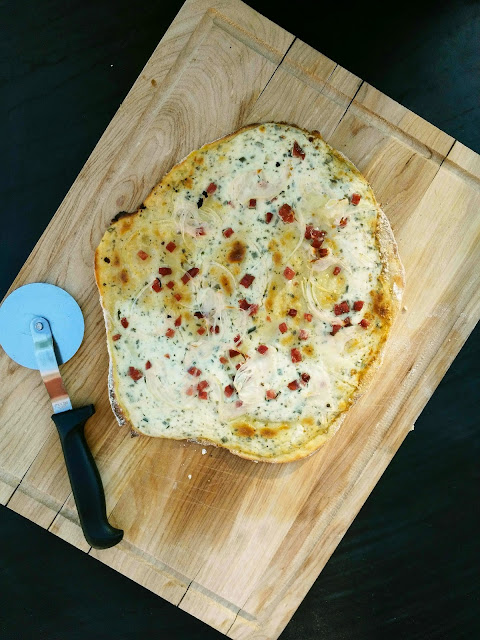 2erlei Flammkuchen. Meine Liebsten Rezepte für Flammkuchen. Originaler Elsässer Flammkuchen. Flammkuchen mit Kartoffelteig.