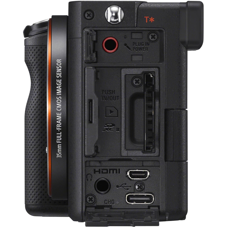 Разъемы и слот для карт памяти на левой грани Sony A7C