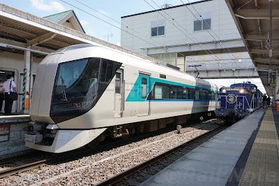 新鹿沼駅でDE10形牽引の客車列車と並ぶ500系リバティ