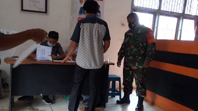 Babinsa Koramil 427-04/Bahuga Kodim 0427/Way Kanan mendampingi penyaluran Bantuan Sosial Tunai (BST)
