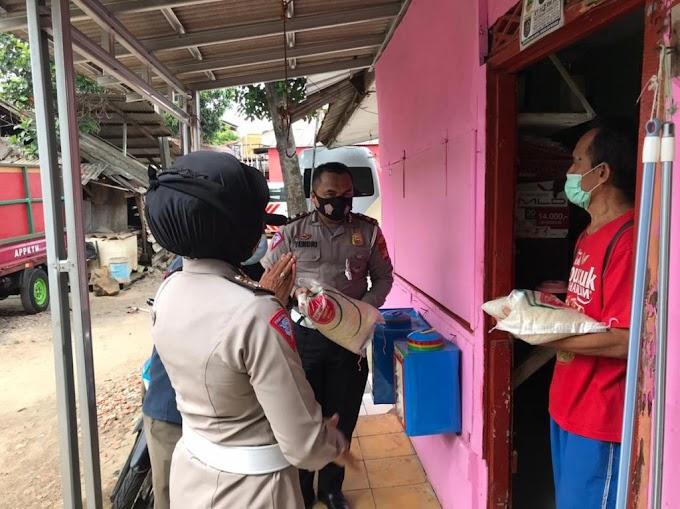 Tim Kamsel Satlantas Polrestro Depok Bagikan Bansos Beras dan Fogging di RW 04 Sukmajaya