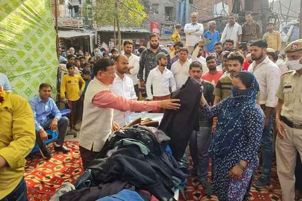 tigaon-bjp-mla-rajesh-nagar-distributes-poor-clothes