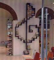biblioteca de madera con forma de clave de sol