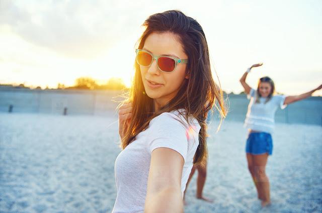 15 Perlengkapan Wisata Pantai Yang Wajib Kamu Bawa - Kacamata Hitam