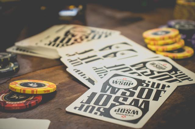 Baralhos para poker da marca copag sobre a mesa de jogos