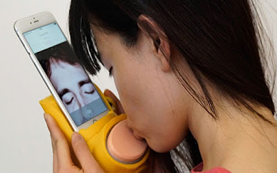 جهاز جديد يجعلك تقبل الطرف الآخر من خلال الهاتف في الشات ويشعر بالقبلة كما لو أنها حقيقة
