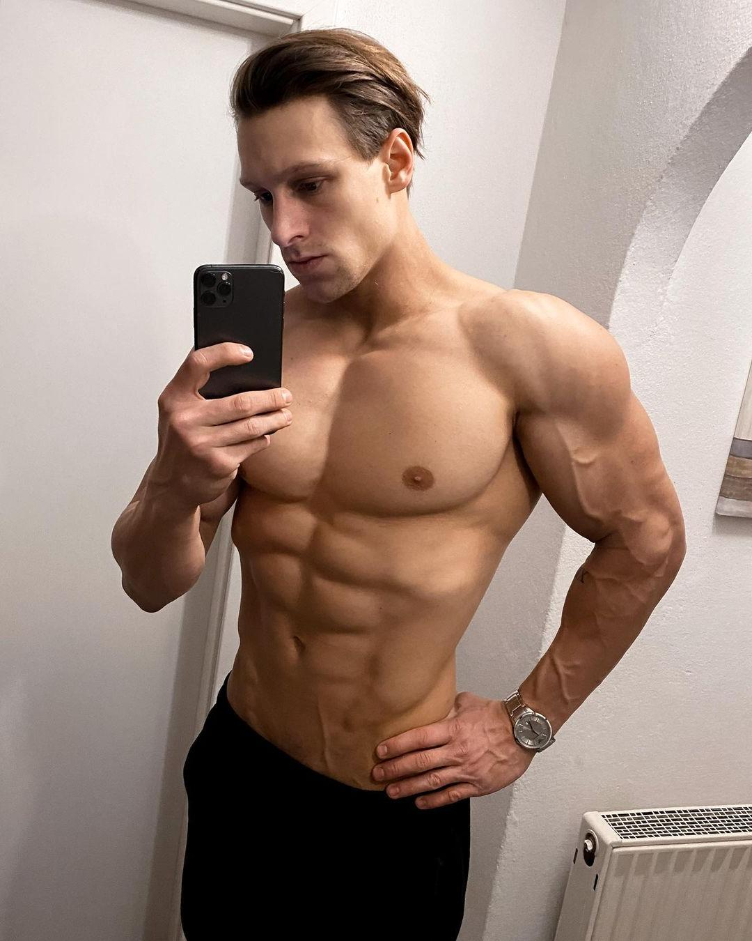 fit-shirtless-hunk-steve-kris-veiny-muscular-body-selfie