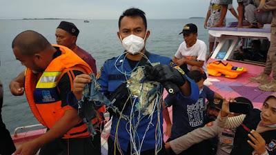 Personel Kepulauan Seribu Temukan Serpihan Pesawat Sriwijaya Air