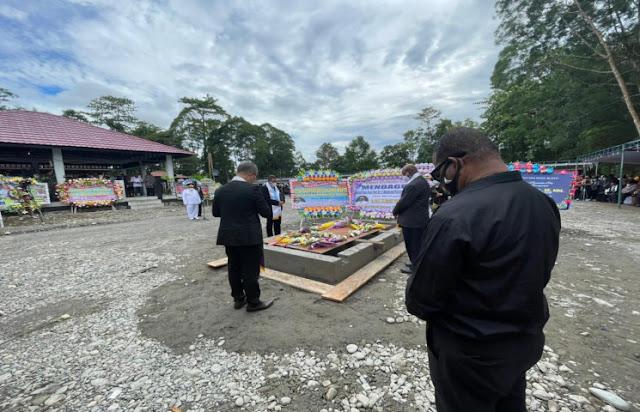 Ribuan Orang Hantar Jenasah Wagub Tinal ke Peristirahatan Terakhir.lelemuku.com.jpg
