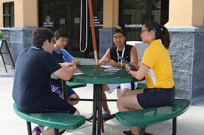 Grupo de estudiantes con apuntes