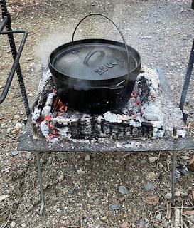 自作の焚火台にロッジの10インチダッチオーブンを乗せて料理