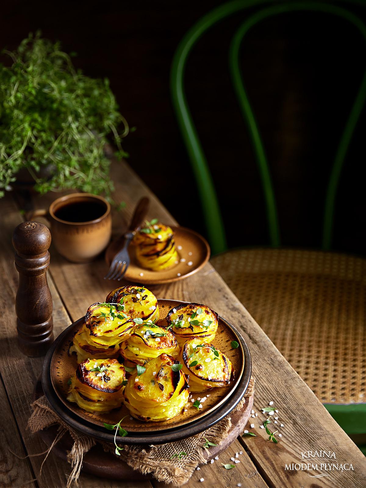 ziemniaczane krążki z solą i tymiankiem, pieczone ziemniaczki, pieczone frytki, pomysł na imprezę, kraina miodem płynąca