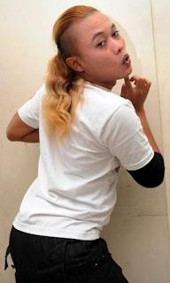 """Entis Sutisna (lahir di Kota Cimahi, Jawa Barat, 15 November 1976; umur 37 tahun) atau lebih  dikenal dengan nama Sule adalah pelawak, penyanyi, aktor, dan pemain sinetron Indonesia. Ia  dikenal karena kemampuan membuat lelucon spontan yang responsif dan kreatif.  Sule mulai dikenal setelah memenangi API 1 (bersama Ogi Suwarna dan Obin Wahyudin dalam grup lawak SOS) pada tahun 2005 dan Superstar Show bersama Jaja. Karirnya semakin meningkat  setelah perannya dalam acara Opera Van Java di Trans7 dan sinetron Awas Ada Sule di Global TV.  Anak pertamanya yang bernama Rizky , kini mulai aktif mengikuti jejaknya dilayar kaca.   Biodata lengkap Sule  Nama Asli: Entis Sutisna  Nama Panggilan: Sule  Tanggal Lahir: 15 November 1976  Tempat Lahir: Cimahi, Jawa Barat, Indonesia  Hobi: Melawak, Menyanyi  Twitter: @newsuleprikitiw  Sinetron komedi  """"Awas Ada Sule""""  """"Awas Ada Sule 2""""  """"Untung Ada Sule""""  """"Oesman 77""""  Program acara TV  """"Saung SOS"""" di TPI  """"Saung Sule"""" di Trans 7  """"Komedi Putar"""" di TPI  """"Opera Van Java"""" di Trans 7  """"PAS Mantab"""" di Trans 7  """"Opera Anak"""" di Trans 7  """"Siang Seru Sama Sule """" di Global TV  """"Ini Talkshow """" di NET.  """"Ini Sahur"""" di NET.  """"Bukan Sekedar Wayang"""" di NET.  Diskografi  """"Susis"""" (Suami Sieun Istri) - 2010  """"Prikitiew Bye Bye"""" - 2010  """"Bola Salju"""" - 2010  """"Be Happy"""" - 2010  """"Putus Cinta"""" - 2010  """"Salingkuh"""" - 2010  """"Bibirmu Dower (bersama SM#SH)"""" - 2011  """"Andeca Andeci (bersama 7 Ikans)"""" - 2011  """"Cicilalang"""" - 2011  """"Dadang Dudung (Variasi Cicilalang)"""" - 2011  """"Mimin I love you"""" - 2012  """"Smile U don't Cry (bersama Andre Taulany)"""" - 2011  """"Potong Bebek Angsa (bersama Super Senior)"""" - 2012  """"Saranghaeyo , Sule Feat Eru (Aku Cinta Padamu)"""" - 2013  """"Smile U don't Cry (remix) (bersama 3 Djanggo)"""" - 2013"""