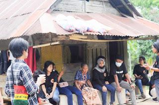 Perayaan Natal 2020 Barisan Muda Toraja (BMT) berbagi kasih kepada sala satu warga Nenek Anti di Dusun Alloan, Lembang Marinding, Kecamatan Mengkendek Tana Toraja. Rabu (23/12/20)