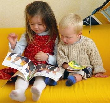 Foto de niños leyendo al Día Internacional del Libro Infantil y Juvenil