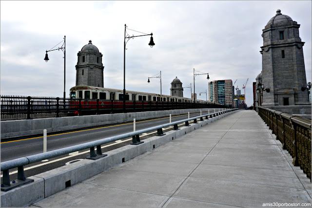 Metro Pasando por el Longfellow Bridge entre Boston y Cambridge