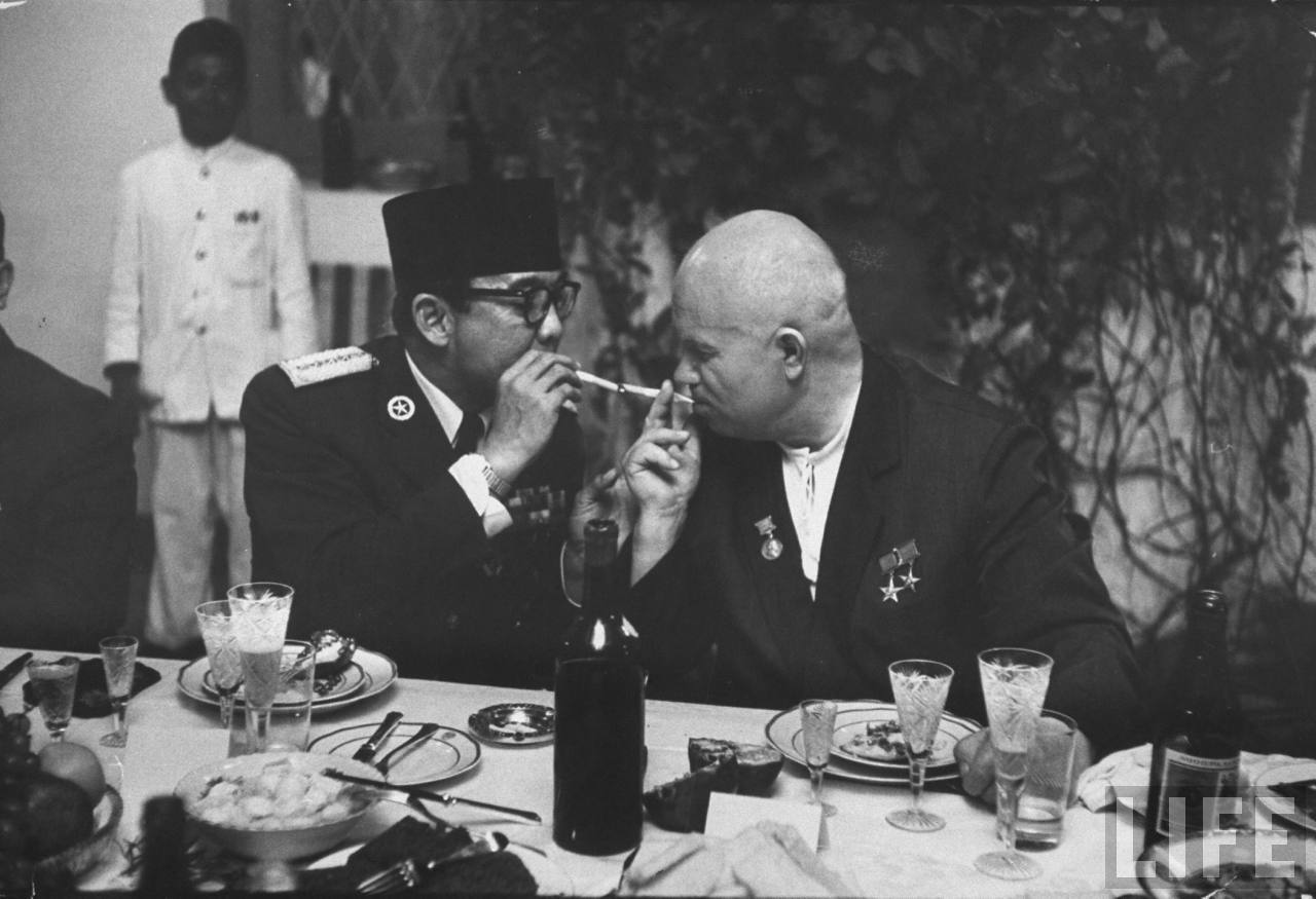 40 Amazing Historical Pictures - Soviet Premier Khrushchev and first Indonesian President Sueharto share a smoke, 1960