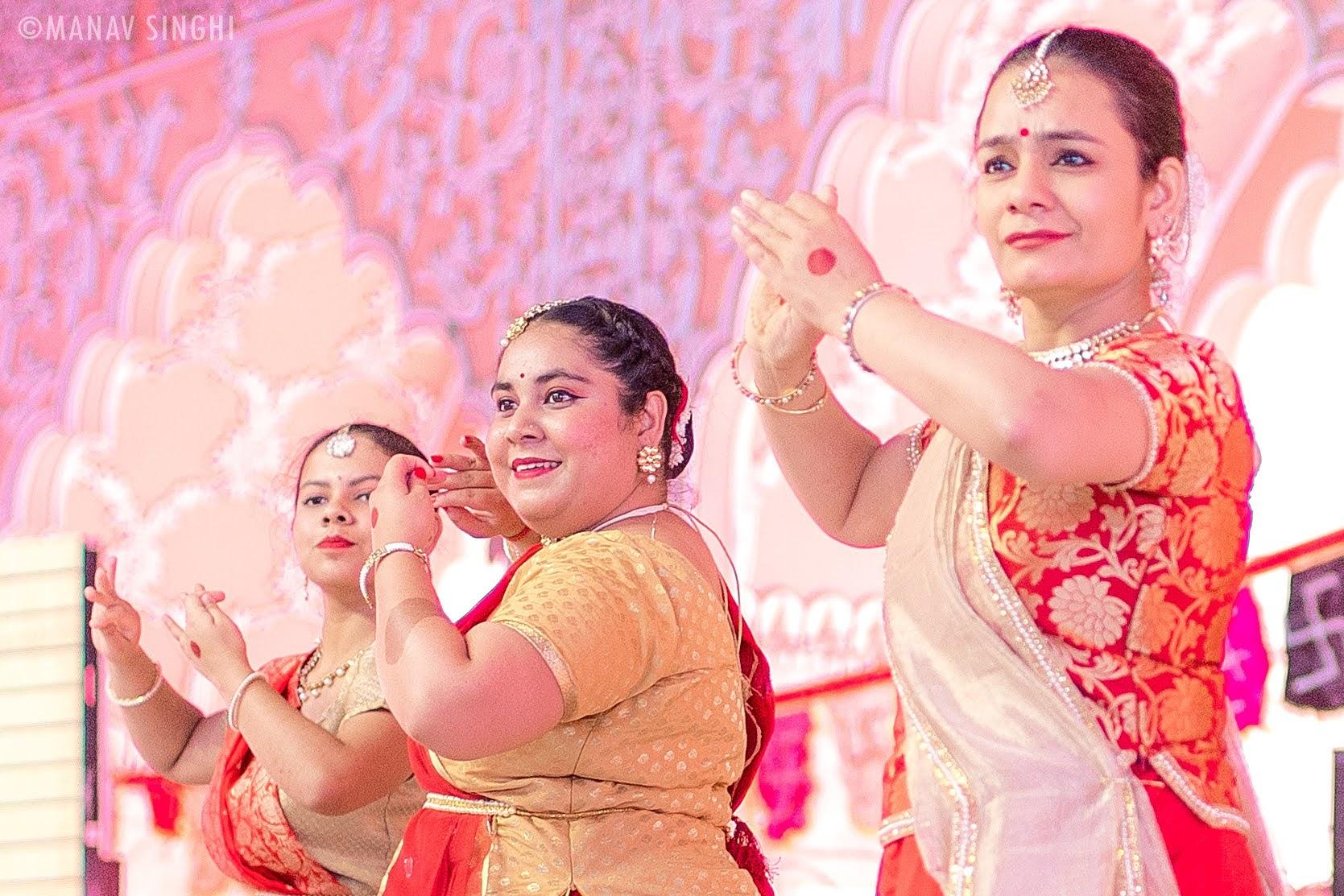 Saloni Tandon with her Kathak Guru Rashmi Uppal at Fagotsav 2021 Govind DevJi, Jaipur. Day - 3