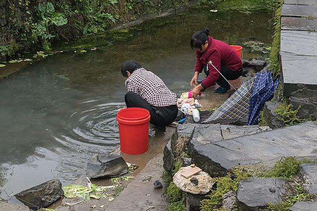 Femmes faisant la lessive à Xidi