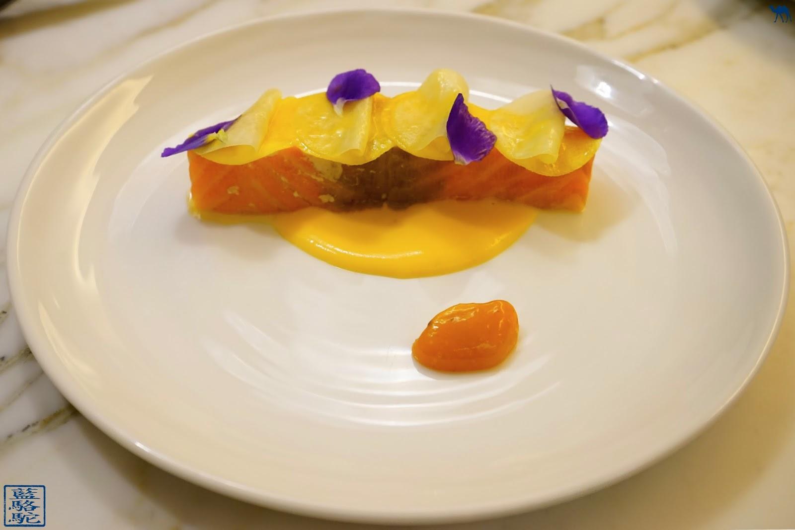 Le Chameau Bleu - Blog Gastronomie et Voyage - NoGlu  Marais - Un super saumon confit aux légumes jaunes et purée de Mangue