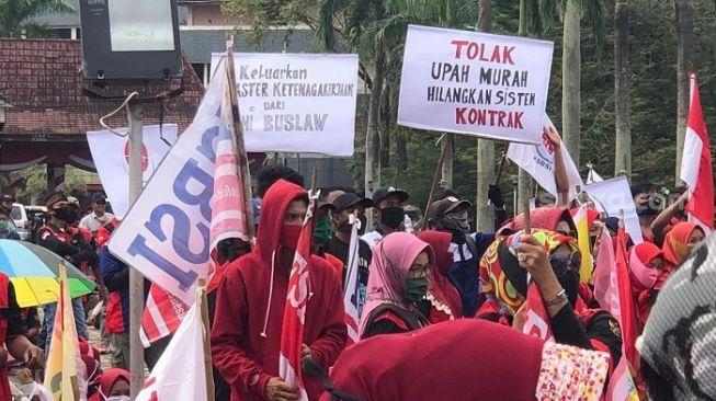 Demo Tolak Omnibus Law, Ratusan Buruh Padati Kantor DPRD Sumsel