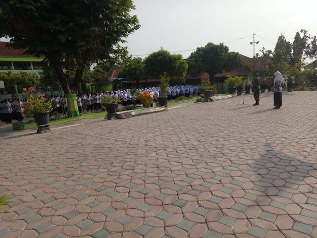 Danramil Plupuh Pimpin Upacara HUT ke-74 PGRI dan Hari Guru Nasional