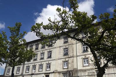 fachada de um antigo mosteiro por entre árvores