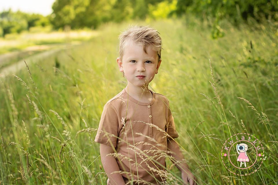 Wysoka trawa i chłopiec