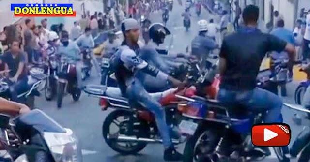 Banda de la Cota 905 ofrece un show callejero mostrando sus armas y motos a la población