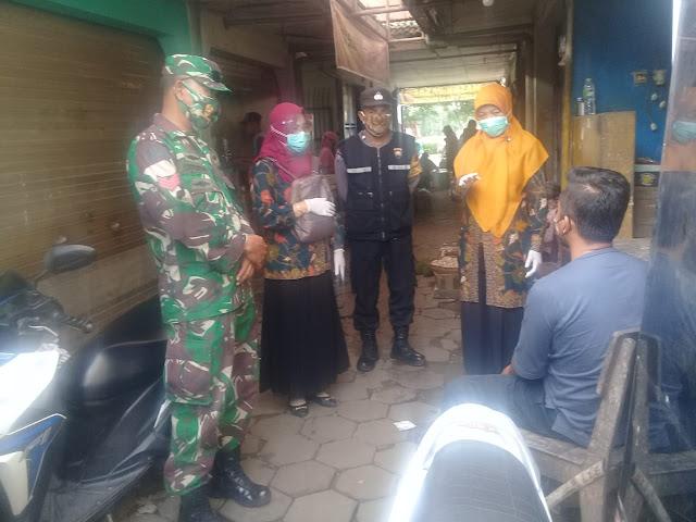 Babinsa Koramil 04 Jaten Dampingi Team Nakes Blusukan ke Pasar