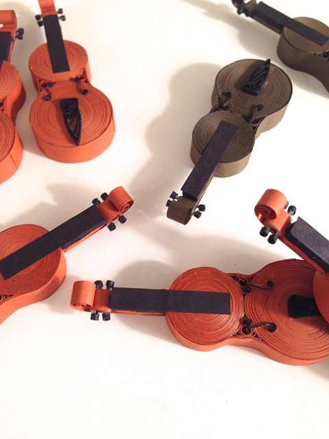 quilled violin necks included in a tutorial